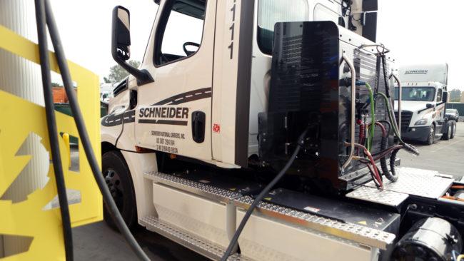 Electric_Schneider_Intermodal_Truck_03.jpg
